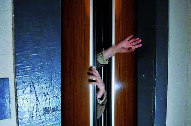 В лифте взрослый мужчина напал на девочку.