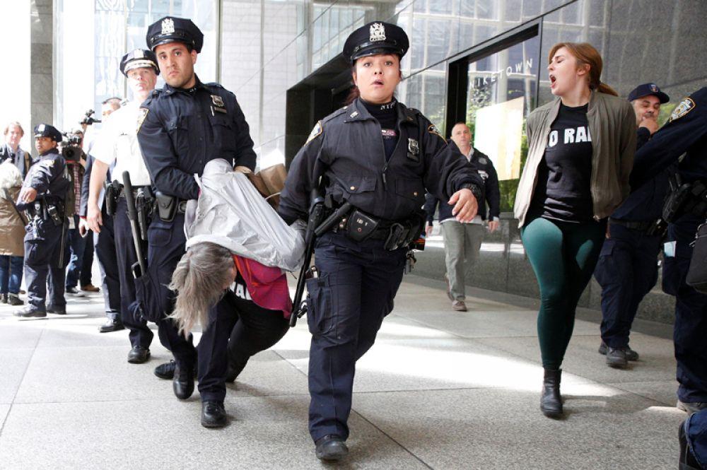 13 апреля. Сотрудники полиции Нью-Йорка задержали протестующих на демонстрации у «Трамп Тауэр», США.