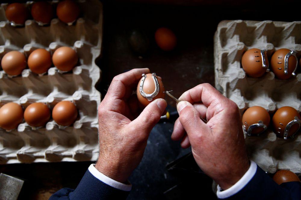 13 апреля. Мастер украшает яйцо к Пасхе в своей мастерской в Кресево, Босния и Герцеговина.