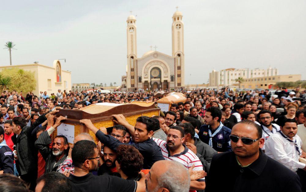 10 апреля. Родственники скорбят о жертвах взрывов, прогремевших в праздник Вербного воскресенья в церквях городов Танта и Александрия, Египет.