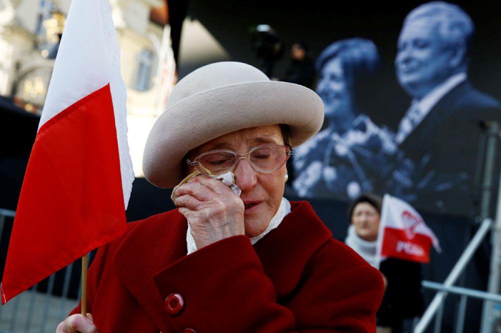 10 апреля. Женщина принимает участие в церемонии, посвященной седьмой годовщине крушения самолета польского правительства в Смоленске, в результате которого погибли 96 человек, включая президента Качиньского, Польша.