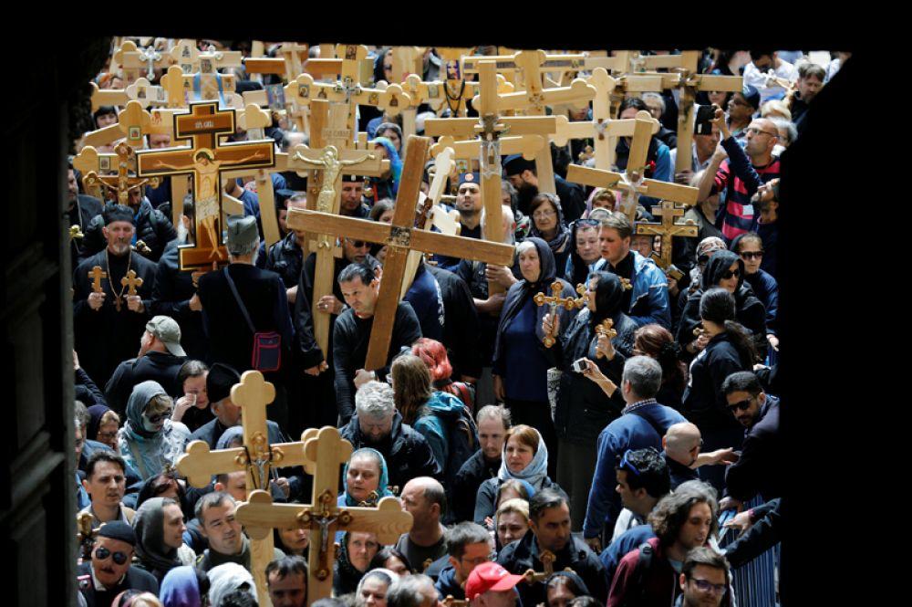14 апреля. Верующие несут кресты во время шествия в Страстную пятницу в Старом Городе Иерусалима.