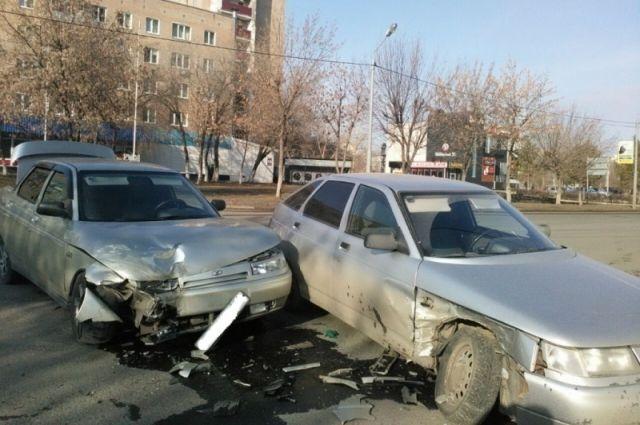 В Оренбурге в столкновении машин пострадала женщина с 5-летним сыном