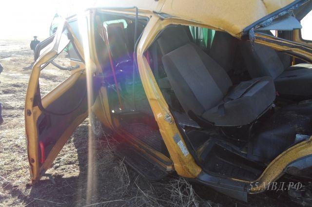 Машина очень сильно пострадала в аварии.