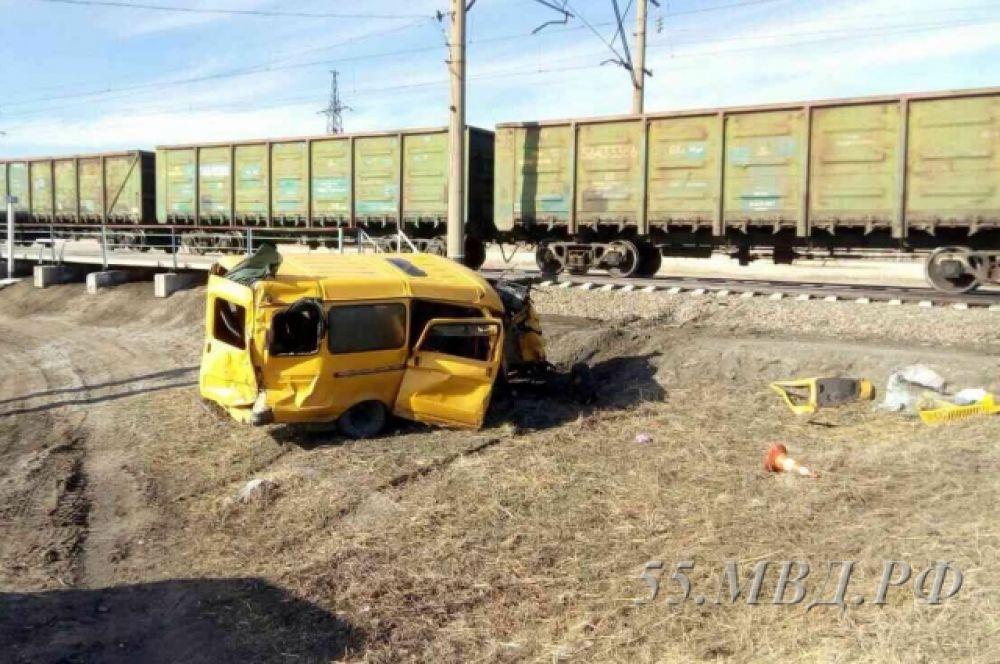 Товарный поезд и школьный микроавтобус столкнулись на нерегулируемом переезде.
