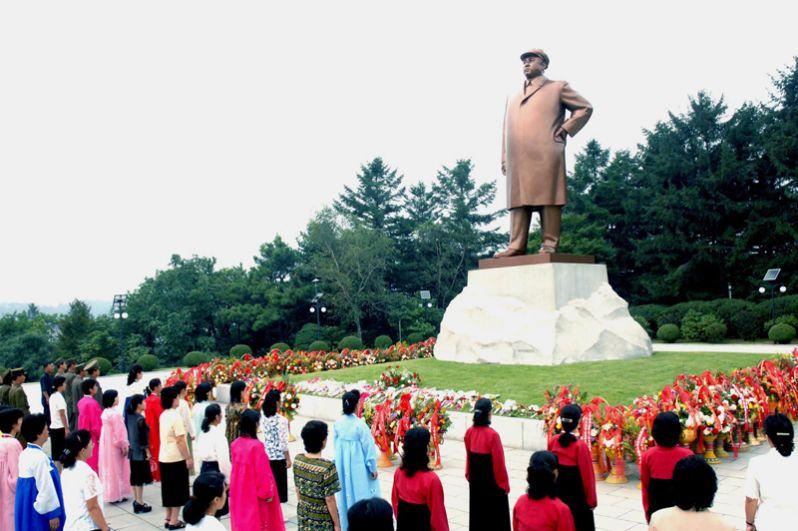 Подобные статуи присутствуют во многих городах КНДР.