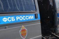 Обвиняемый использовал поддельное удостоверение сотрудника ФСБ при совершении преступлений.