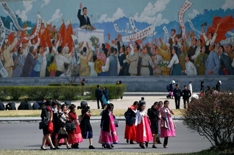 Женщины в традиционной одежде готовится отметить 105-ю годовщину со дня рождения Ким Ир Сена.