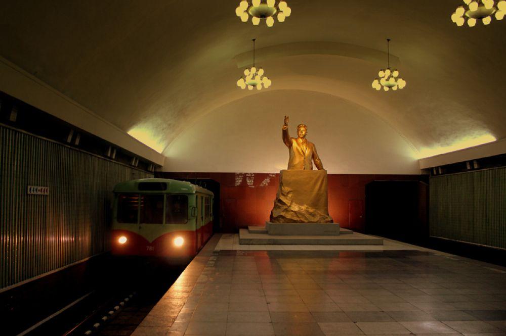 Статуя Ким Ир Сена в пхеньянском метро.
