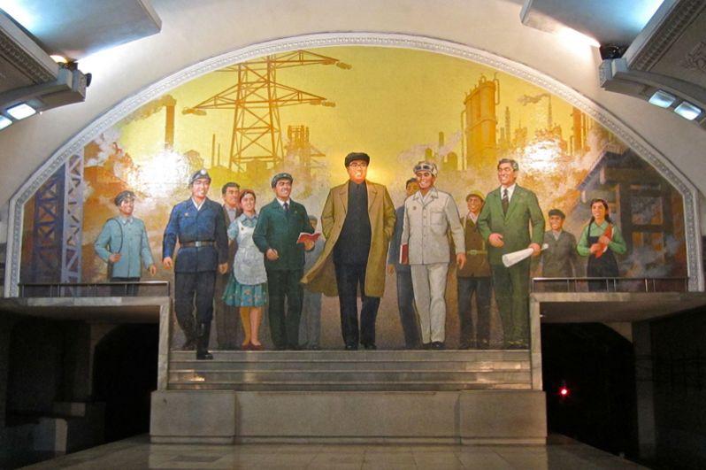 С 1972  года стало обязательным наличие портрета Ким Ир Сена в любом официальном помещении.
