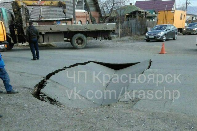 Повреждённый участок дороги перекрыт для движения транспорта в обе стороны.