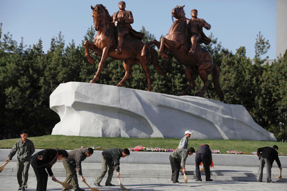 Конные статуи Ким Ир Сена и Ким Чен Ира в центре Пхеньяна.