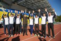 Эдуард Исаков со слабослышащими спортсменами. Поднятые руки - знак приветствия.