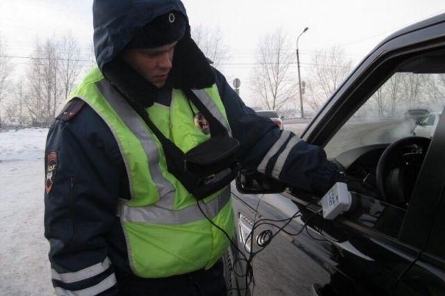 За тонировку стекол шесть тюменских водителей наказаны арестом