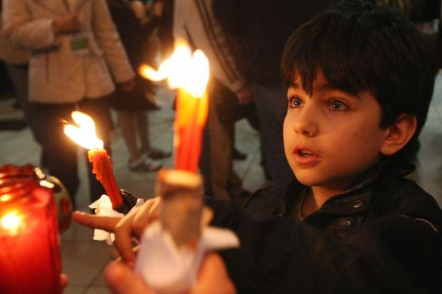 Благодатный огонь сошел вИерусалиме ибудет доставлен в РФ