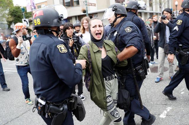ВКалифорнии арестовали покрайней мере 15 человек  задраку— Митинг против Трампа