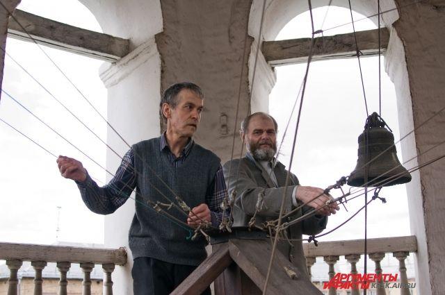 По традиции, в пасхальный праздник желающие могут подняться на колокольню.