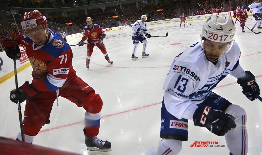 Первую шайбу россияне забросили на 7-й минуте при равных составах.