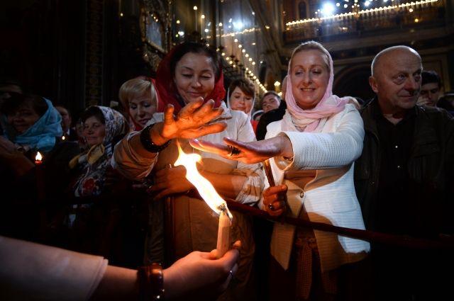 Благодатный огонь доставили изИерусалима в российскую столицу