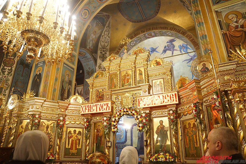 Около тысячи человек посетили Пасхальную службу в Свято-Троицком кафедральном соборе в ночь на 16 апреля. Меры безопасности были на самом высоком уровне – у входа установили металлодетекторы, а каждого посетителя храма осматривали полицейские.