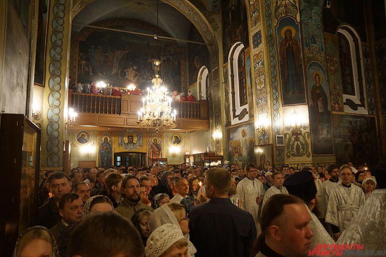 В храме было не протолкнуться. И с каждым часом всё больше и больше людей приходило на празднование Пасхи.