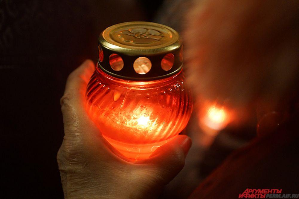 Красный цвет свечи – символ крови Христа, который ею омыл грехи человеческие.