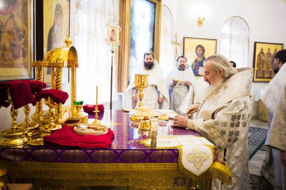 Во время Божественной литургии в Великую субботу священнослужители облачаются в белые одежды.