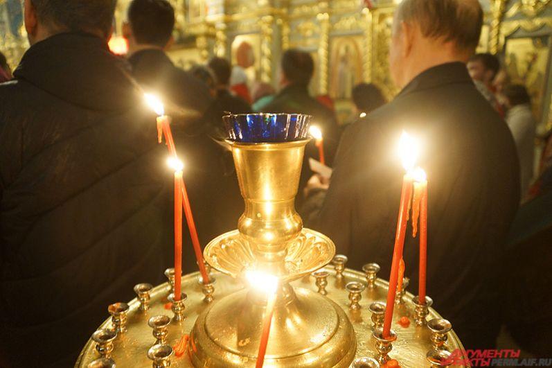Горожане во время службы поджигали и ставили свечи.