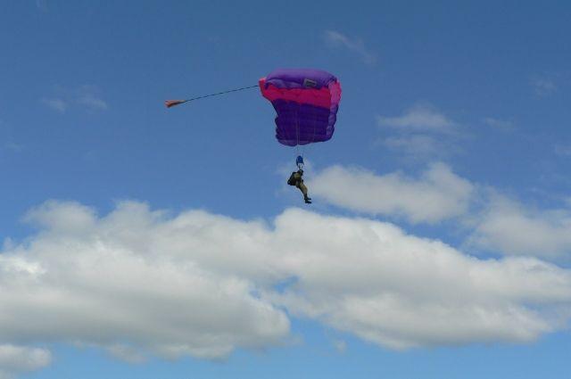 Таможенники задержали парашютиста, который случайно приземлился вУкраинском государстве — Унесенный ветром