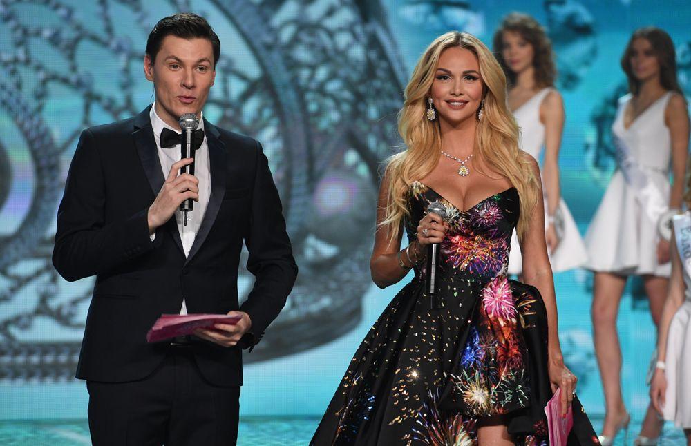 Ведущие Виктория Лопырева иМаксим Привалов вфинале конкурса «Мисс Россия-2017» вконцертном зале «Барвиха».