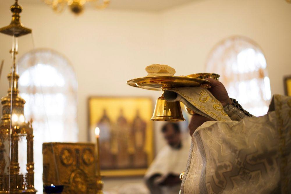 В конце литургии верующие причащаются хлебом и кровью Христовой.