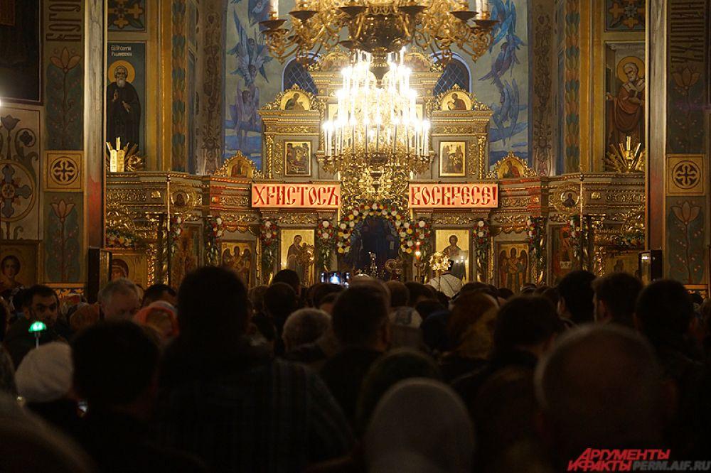 Свято-Троицкий кафедральный собор был специально украшен к празднику.