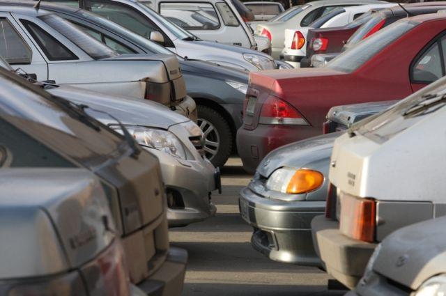 Нетрезвый шофёр катался подвору вЧелябинске ибил машины ФОТО