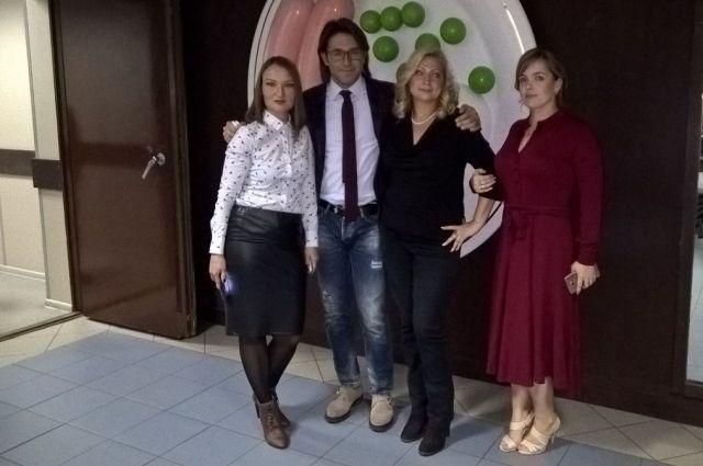 После съёмки программы Андрей Малахов остался записывать подводки на рекламу, а участники ожидали его в столовой телецентра.