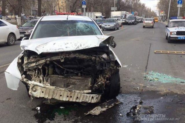 От удара автомобили выбросило с дороги