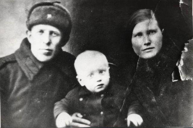 То самое фото, свидетельство о разрушенном войной счастье молодых людей. Весна 1943 год, фотоателье города Сызрань.