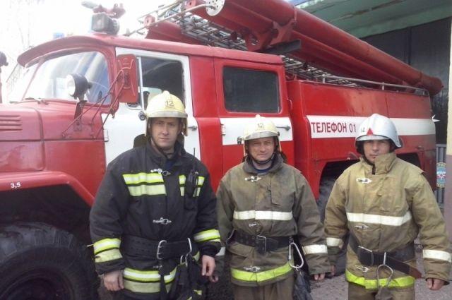 Фото пожарных предоставлено ПСЧ №12. Слева направо: Сергей Никуличев, Игорь Карцев, Игорб Елисеев.
