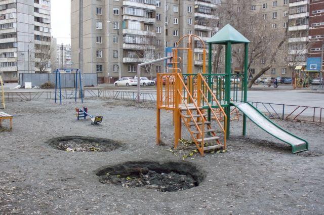 Ямы появились на детской площадке.
