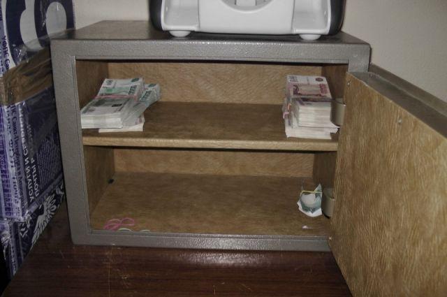В помещении трактира двое подозреваемых нашли сейф, который решили украсть.