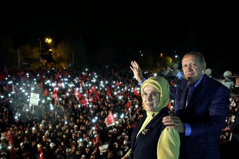 Турецкий президент Реджеп Тайип Эрдоган с супругой Эмине Эрдоган обращается к своим сторонникам в Стамбуле.