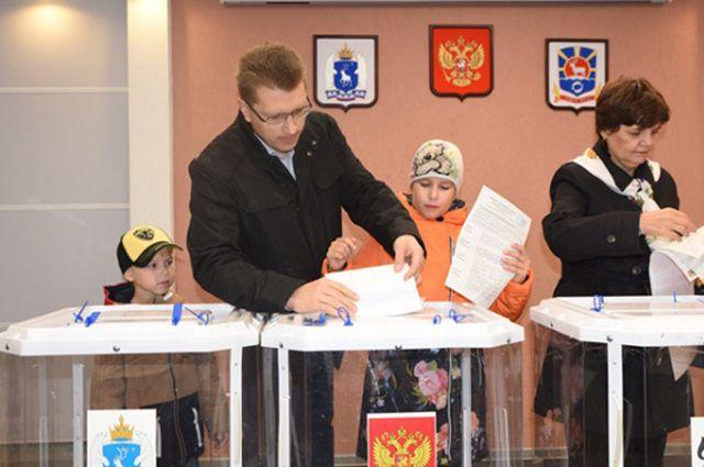 У главы Тазовского района Александра Иванова годовой доход уменьшился почти на 1 млн рублей.