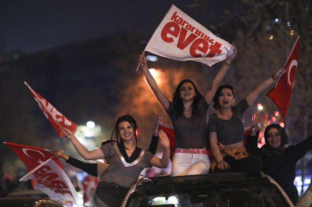 Сторонники президента Эрдогана празднуют победу на улицах Стамбула.