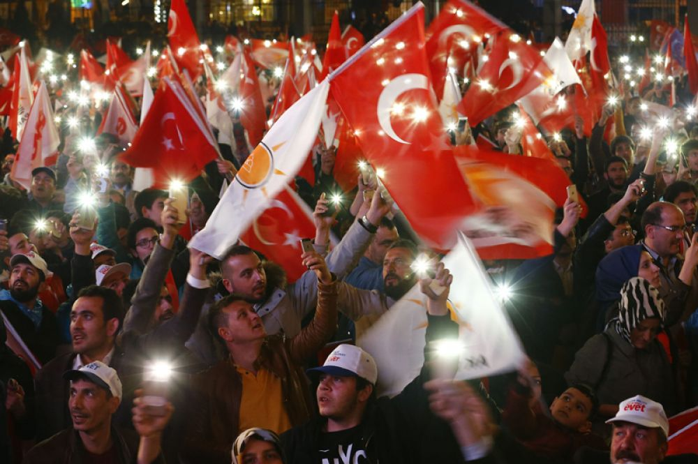 Сторонники президента Эрдогана празднуют победу на улицах Анкары.