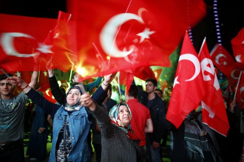 Сторонники Эрдогана отмечают победу в Измире.