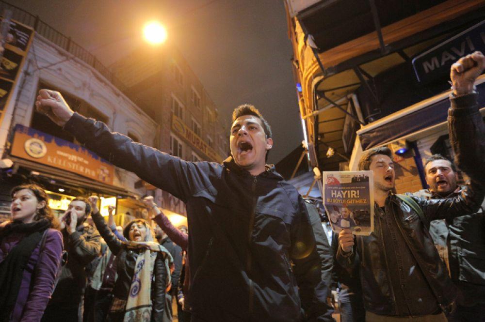 Между тем  турецкая оппозиция потребовала пересчета 60% голосов.