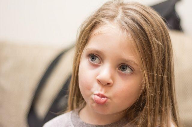 Пока мама укладывала спать младшего ребенка, 5-летняя девочка выбралась из окна 1-го этажа и отправилась гулять.