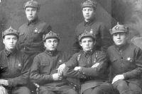 Николай Михайлович Кирьянов (внизу третий слева) окончил курсы ворошиловских стрелков в 1939 году.