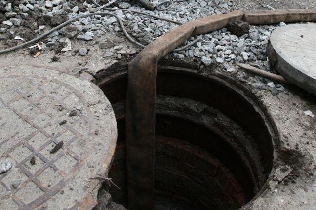 Спасателям Ноябрьска пришлось вызволять мужчину из канализационного люка.