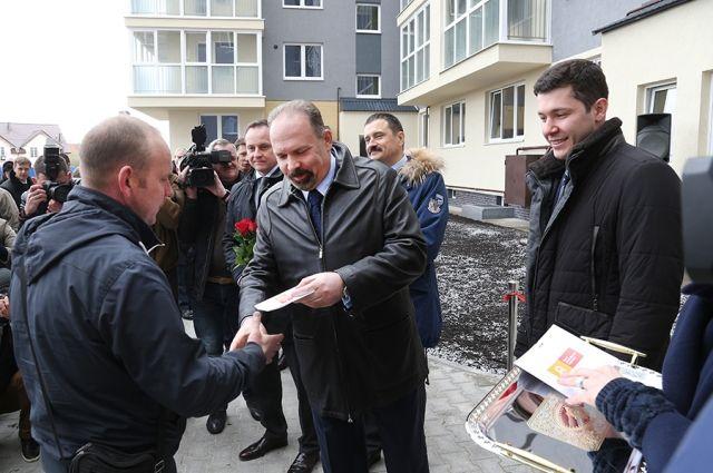 Ключи от новых квартир калининградским дольщикам вручает министр строительства и ЖКХ России Михаил Мень и глава региона Антон Алиханов.