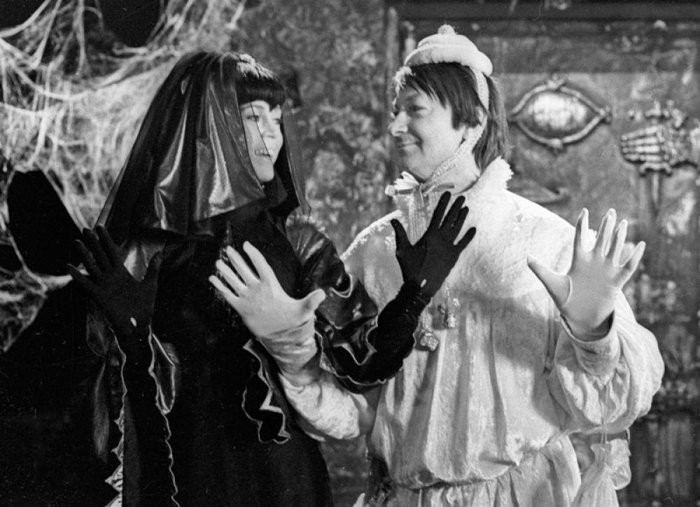 Джейн Фонда в роли Ночи и Георгий Вицин на съемках фильма «Синяя птица». 1975 год.